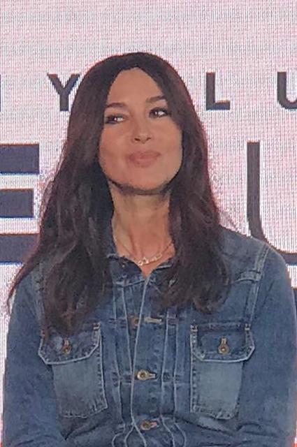 Моника Беллуччи в молодежном образе на презентации в Милане Звездный стиль