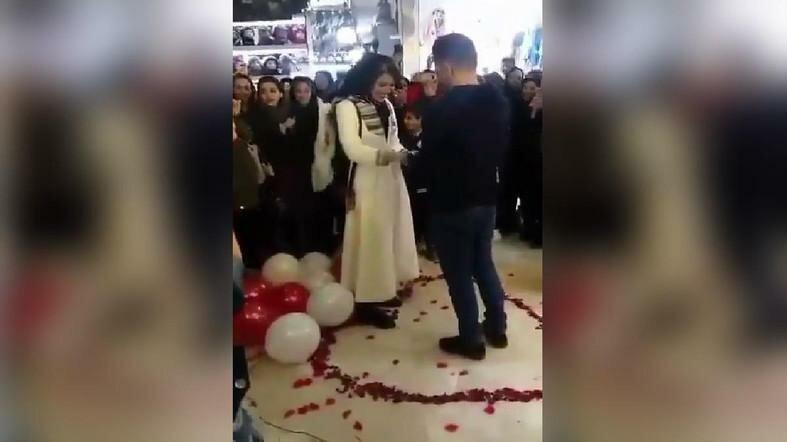 Пару из Ирана «арестовали за вирусное видео романтического предложения» в торговом центре, которое «оскорбляет ислам»
